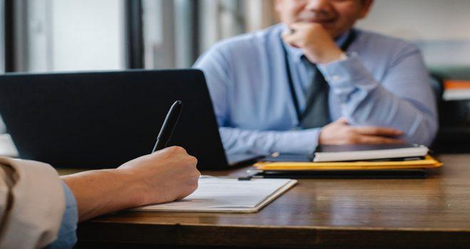 Belirli Süreli İş Sözleşmenin Yenilenmeyeceği İşverence Bildirilmişse, İşçi Kıdem Tazminatına Hak Kazanabilir Mi?